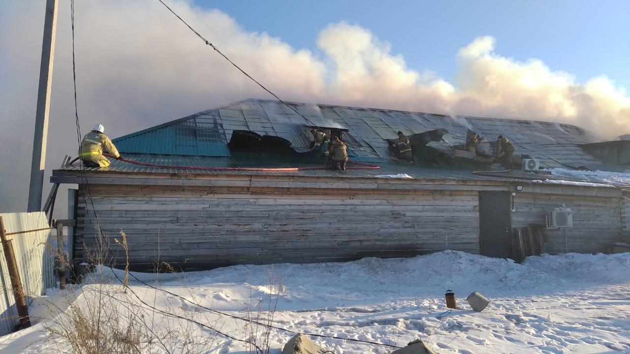 В Магдагачинском районе пожарные тушат пожар в магазине смешанных товаров
