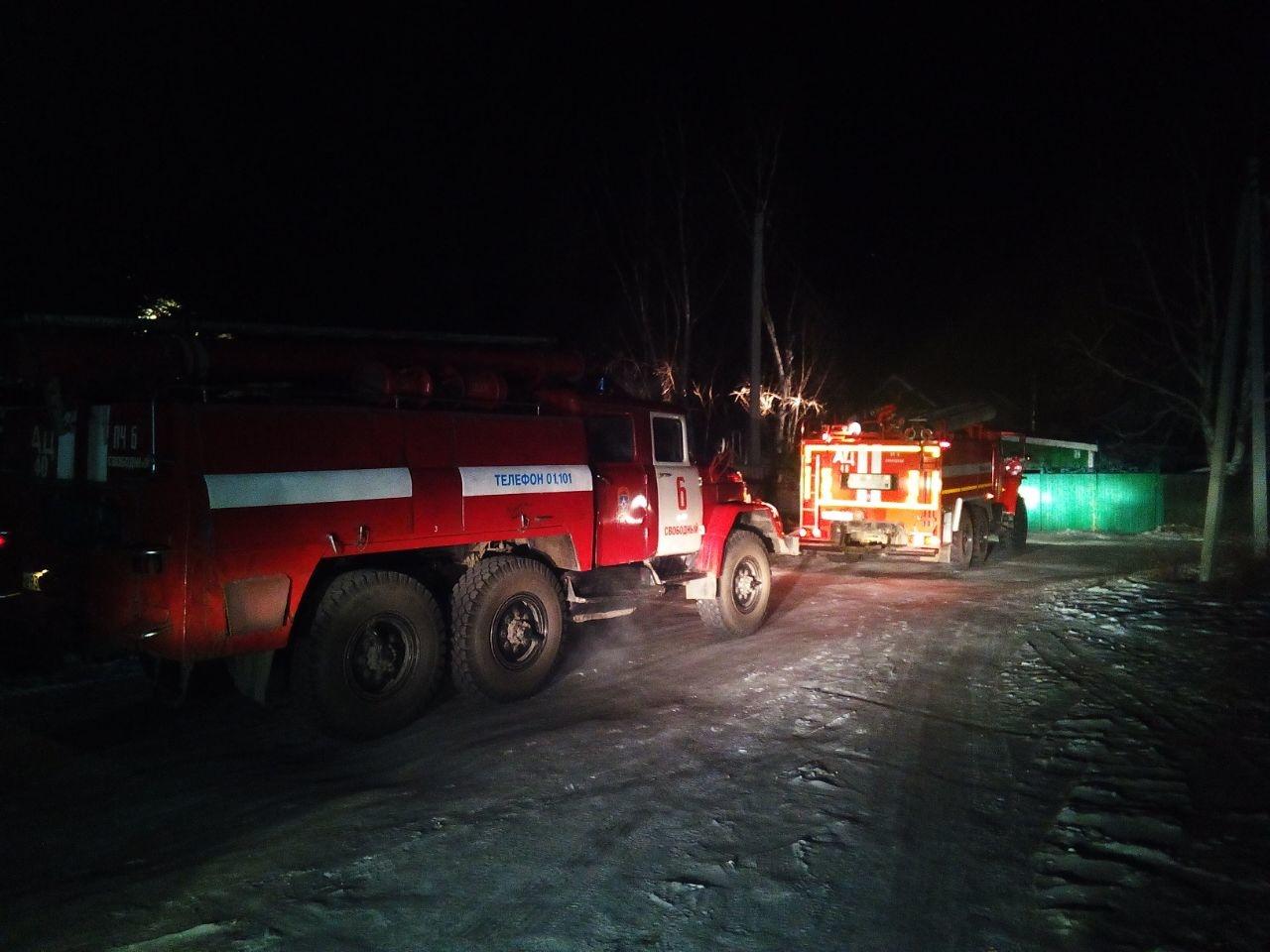 В Завитинске тушили возгорание на частном подворье