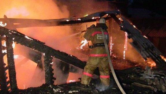 В г. Шимановске пожарные ликвидировали возгорание неэксплуатируемого строения