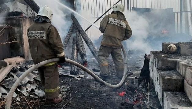 Завитинские огнеборцы ликвидировали возгорание бесхозного строения