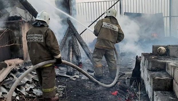 Октябрьские огнеборцы тушили бесхозное строение