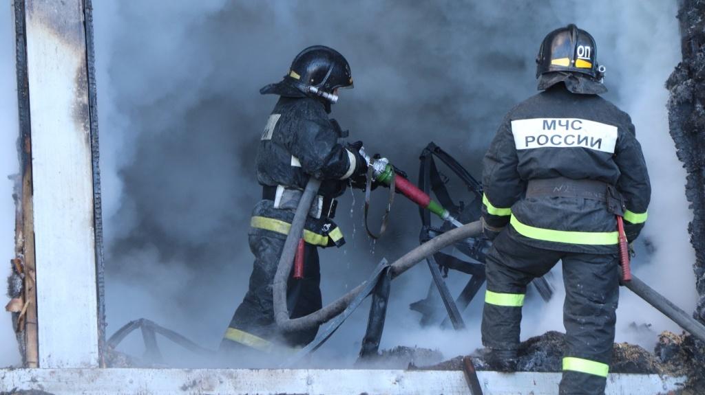 В Шимановске огнеборцы тушили гараж