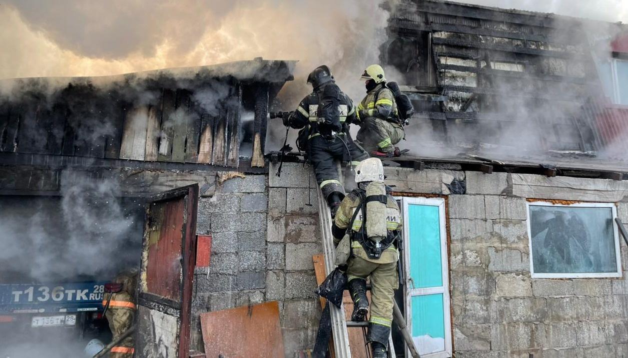 Огнеборцы Тындинского пожарно-спасательного гарнизона ликвидировали возгорание на частном подворье