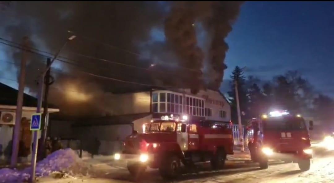 Пожарно-спасательные подразделения города Зеи ликвидируют пожар в магазине строительных материалов