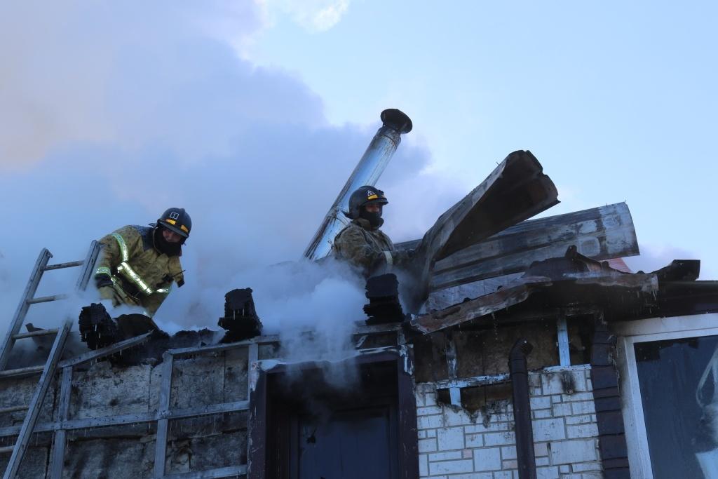 В Зейском районе тушили бесхозное строение