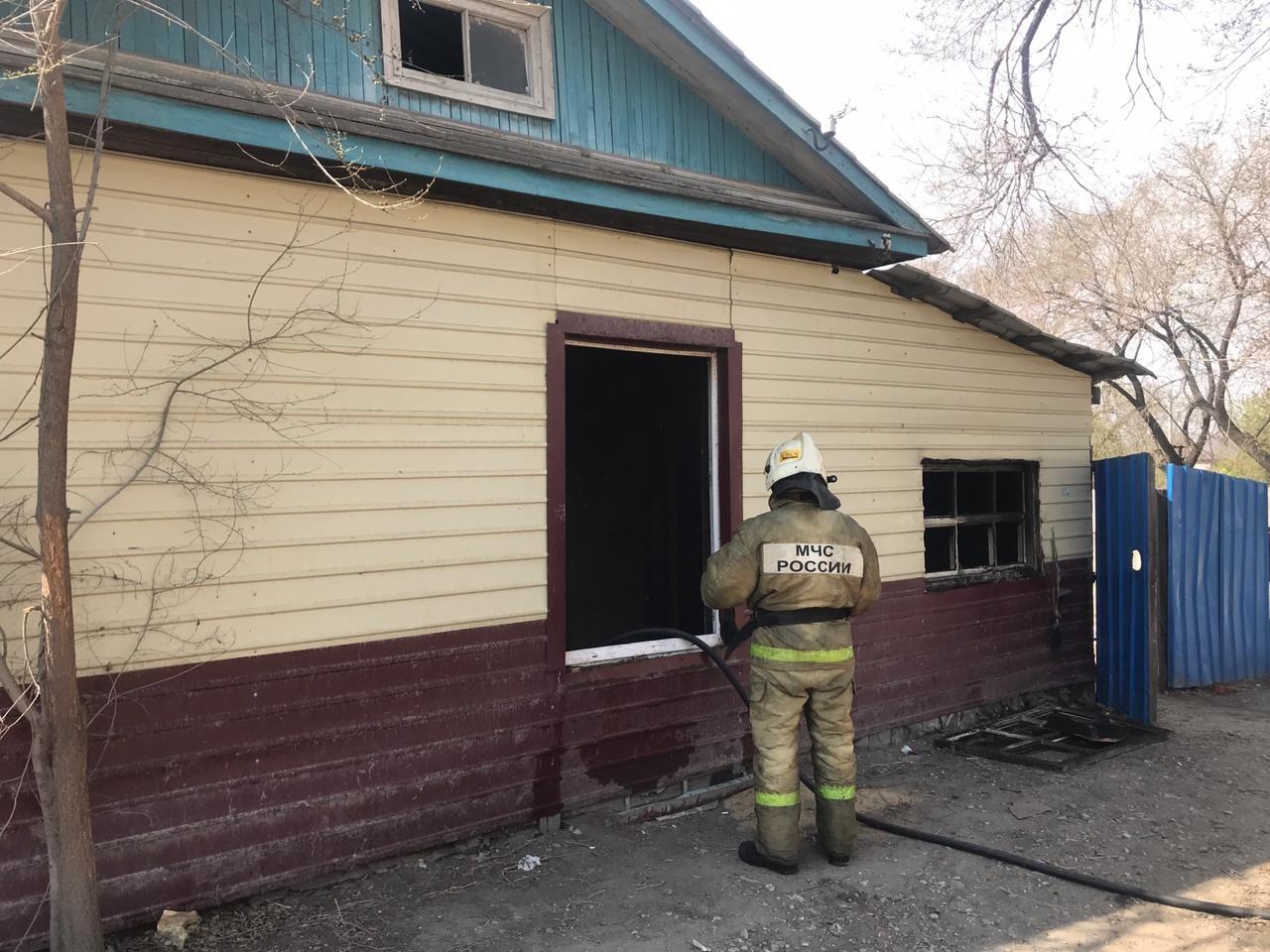 В Свободном огнеборцы ликвидировали возгорание нежилого дома