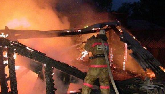 В пгт. Прогрессе пожарные ликвидировали возгорание неэксплуатируемого строения