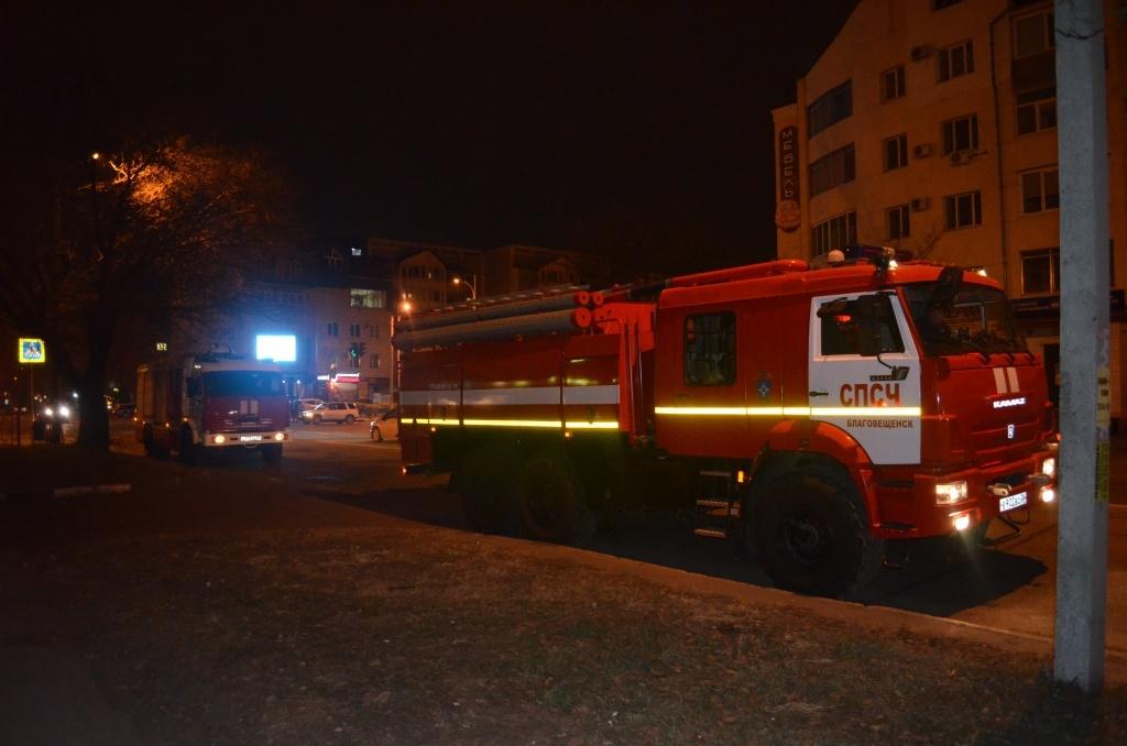 В Благовещенске огнеборцы ликвидировали возгорание в здании магазина