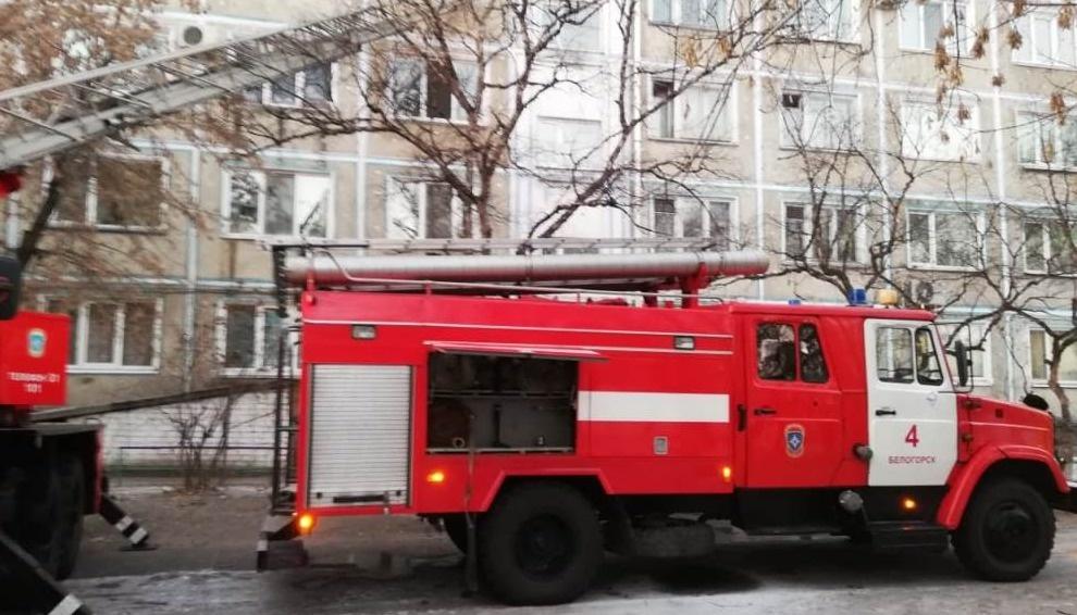 Белогорские пожарные тушили возгорание в многоквартирном жилом доме
