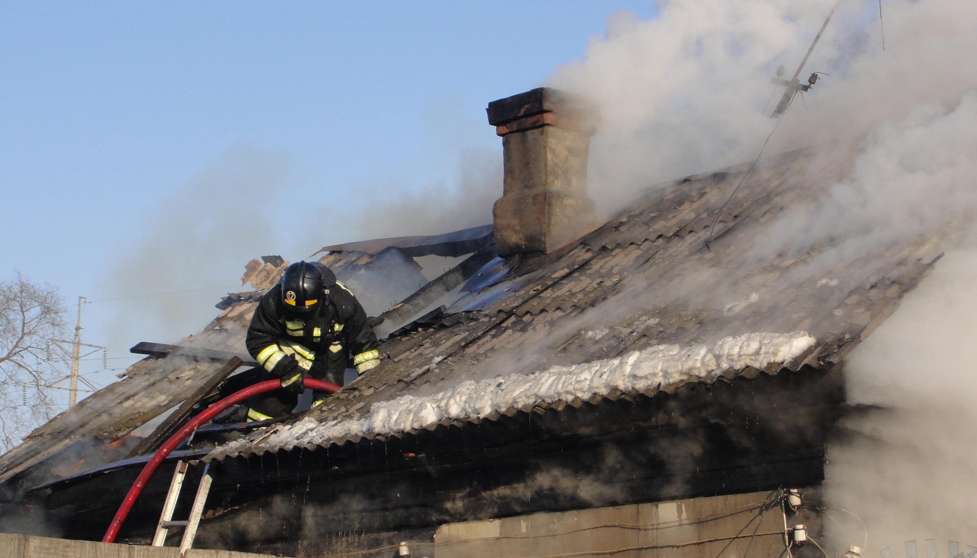 В Райчихинске горел нежилой дом