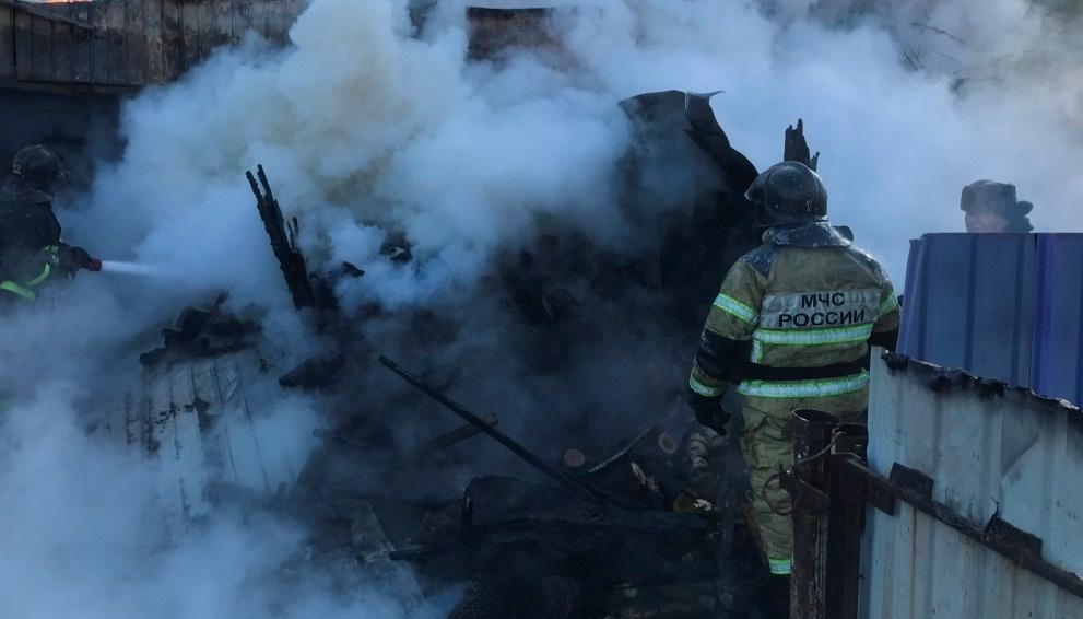 В Архаринском районе пожарные ликвидировали возгорание бесхозного строения