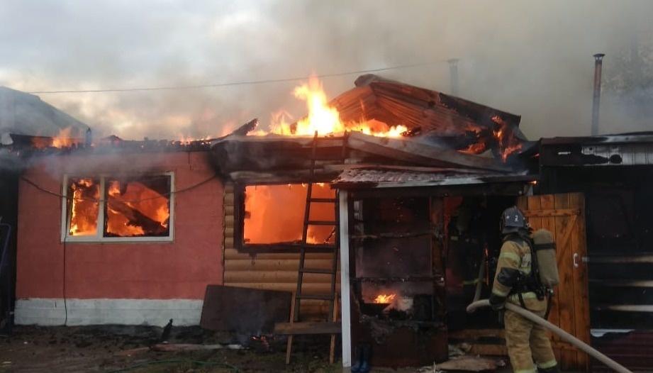 В Завитинске огнеборцы защитили от огня жилой дом и надворные постройки