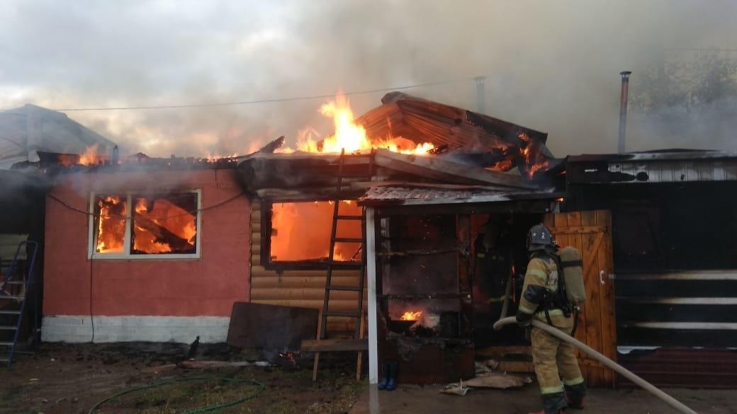 В Шимановске пожарные ликвидировали возгорание двухквартирного жилого дома