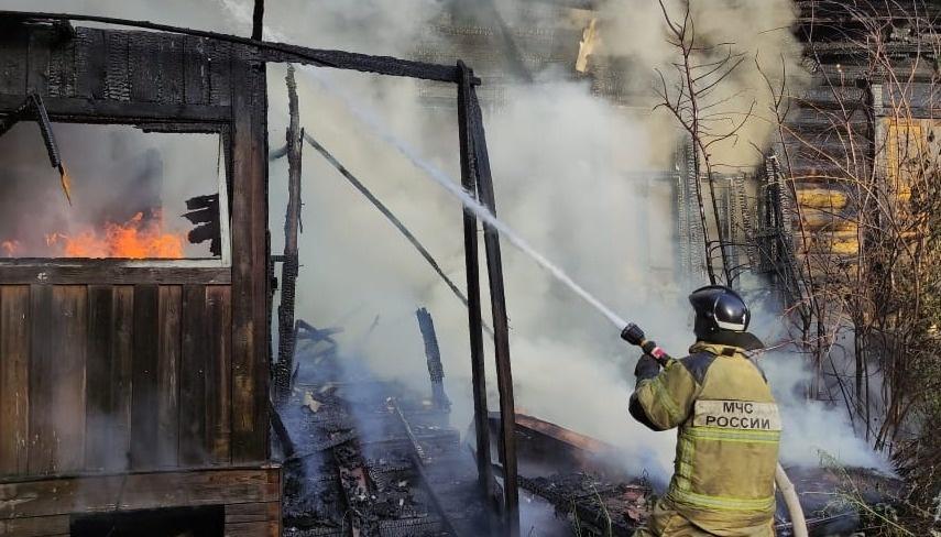 Огнеборцы Свободненского пожарно-спасательного гарнизона ликвидировали возгорание на частном подворье